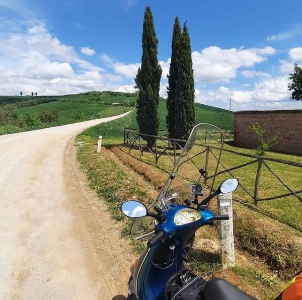 Vespa con AtlantisMOTO en Toscana